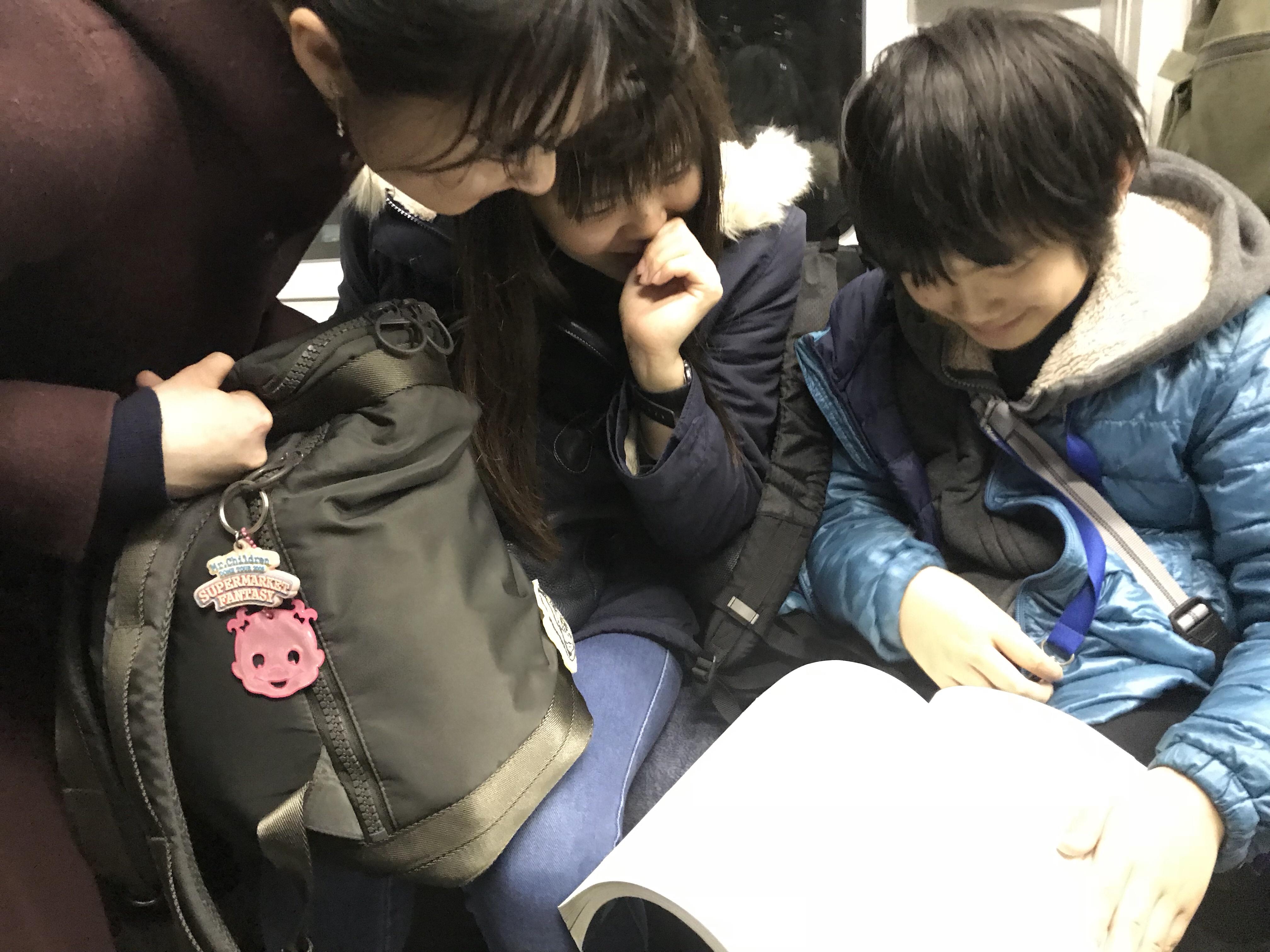 現役科学コミュニケーターさんらと電車の中で問題を解く息子